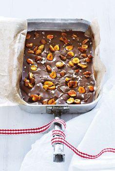 Den smälta chokladen blandas med karamelliserade hasselnötter, och så lite flingsalt på det. Oemotståndligt! Foto Susanna Blåvarg.