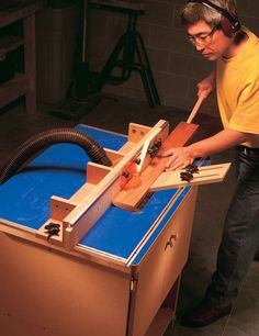 The American Woodworker Router Table You won't find this router table in any store or catalog. by Dave Munkittric This router table incorporates all the best features foundin those store-bought systems at half the cost! At AW we've had the opportunity to study and use most of the router-table systems on the market. From that experience we've designed our own fully featured, easy-to-build router table. Commercial cabinet-based tables sell for …