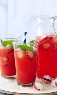 Raparperi-mansikkajuoma | Maku Cocktail Drinks, Fun Drinks, Cocktail Recipes, Rhubarb Recipes, Coffee Recipes, Smoothie Drinks, Smoothies, Finland Food, How To Make Drinks