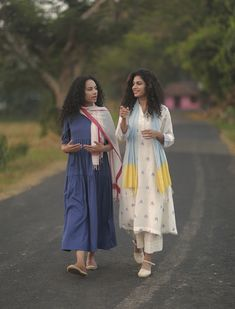 Simple Kurti Designs, Kurta Designs Women, Casual Day Dresses, Stylish Dresses, Indian Attire, Indian Outfits, Simple Pakistani Dresses, Relaxed Outfit, Party Wear Lehenga