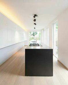 Hele strakke eiken vloer zonder noesten met een strakke keuken! - www.fairwood.nl