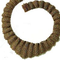 necklace tutorial in russian;but with the help of translate google yuo understand how it can be done;  the rich texture and unusual shape is achieved by using different shades of gold and the size of the beads.