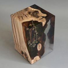 Stump side table is a oak log from the undergrowth of the Italian Dolomite mountains with his native populations of plants preserved by a extraclear resin Resin Furniture, Walnut Furniture, Woodworking Furniture, Furniture Design, Resin Crafts, Resin Art, Wood Resin Table, Pallette, Luxury Italian Furniture
