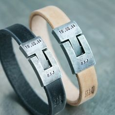 Leren initialen armbanden medium, kleuren: Naturel & Zwart