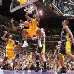 Game 6, Lakers contro Pacers alle NBA Finals del 2000, Shaq si ruba la scena con una serie ASSURDA! Game 1: 43 punti, 19 rimbalzi, 4 assist, 3 stoppate Game 2: 40 punti, 24 rimbalzi, 4 assist, 3 stoppate Game 3: 33 punti, 13 rimbalzi, 1 assist, 2 stoppate, 2 rubate Game 4: 36 punti, 21 rimbalzi, 1 assist, 2 stoppate, 2 rubate Game 5: 35 punti, 11 rimbalzi, 3 assist, 2 stoppate, 2 rubate Game 6: 41 punti, 12 rimbalzi, 1 assist, 4 stoppate  Di media nelle Finals: 38 punti 16.7 rimbalzi 2.3 assist  Nba, Reggie Miller, Foto E Video, Basketball Court, Instagram, Sports, Buzzer, Pictures, Hs Sports
