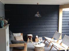 Modern landelijke Overkapping / tuinhuis. Plat dak. Materialen: eiken zwart potdeksel. Eigentijdse styling met bank en stoelen van Ibiza Outdoor