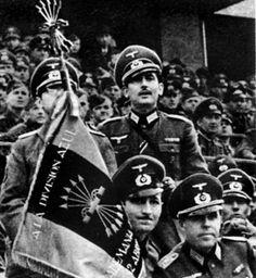 Delegacja hiszpańskiej dywizji, ze specjalnym proporcem, na towarzyskim meczu piłkarskim Niemcy–Hiszpania, rozegranym 12 kwietnia 1942 r. na Stadionie Olimpijskim w Berlinie. W meczu tym padł remis 1:1 (bramki: Decker w 58 min. dla Niemiec i Campos w 76 min. z karnego dla Hiszpanii). Był to jedyny w tym roku mecz towarzyski niemieckiej drużyny, w którym nie zagrał Ernest Wilimowski, czołowy napastnik Polski  http://ioh.pl/artykuly/pokaz/bkitna-dywizja-na-froncie-wschodnim,1098/