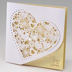 Trouwkaart in wit en lichtgeel met bloemenhart op de voorzijde