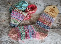 For me this year is all about learning new techniques. And as I really love working with scraps of yarn and use everything to the last millimetre, I have been busy collecting and testing new (for m… Knitting Socks, Hand Knitting, Knitting Patterns, Knit Socks, Knitting Ideas, Crochet Socks Pattern, Knit Or Crochet, Unique Crochet, Beautiful Crochet