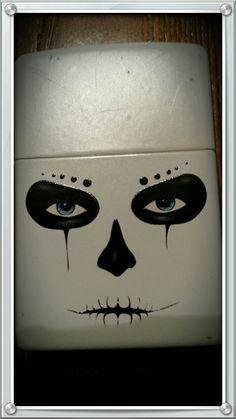 Kewl white zippo with skull effectz