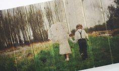 Foto van twee kindjes op authentiek steigerhout   Geeft uw foto een robuuste en brocante uitstraling   Ook een foto op steigerhout? Bestel eenvoudig op www.timberprint.nl #fotoophout #steigerhout