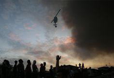 25.11 Un incendie s'est déclaré à Manille, aux Philippines. Des habitants du quartier touché observent l'intervention de l'armée de l'air.Photo: AP/Aaron Favila