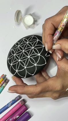 Dot Painting On Rocks, Dot Painting Tools, Stone Art Painting, Mandala Painted Rocks, Rock Painting Patterns, Dot Art Painting, Mandala Rocks, Rock Painting Designs, Mandala Art Lesson
