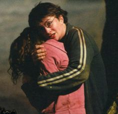 Epic deeds: Harry is always protecting his friends, he even dies for them in Harry Potter and the Deathly Hallows. Harmony Harry Potter, La Saga Harry Potter, Mundo Harry Potter, Harry James Potter, Harry Potter Pictures, Harry Potter Aesthetic, Harry Potter Characters, Harry Potter Fandom, Hogwarts