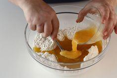Prajitura cu miere de albine, reteta pas cu pas | Rețete - Laura Laurențiu Gem, Charlotte, Pudding, Healthy Recipes, Cakes, Desserts, Food, Romanian Recipes, Tailgate Desserts