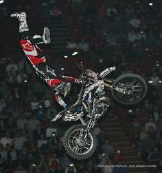 Le Freestyle motocross est un sport motocycliste consistant à effectuer des figures pendant des sauts. Un jury note chaque figure selon la difficulté et la réalisation.