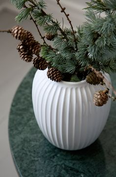 En enkel og julet dekoration til vasen. Her lærke grene med kogler. #inspirationdk #DanskDesign #Hammershøi #Kähler