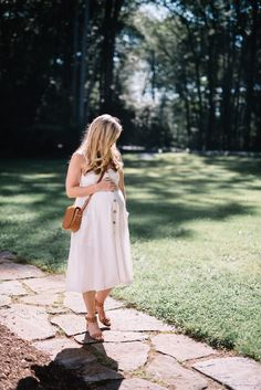 The perfect dress for before, during and after pregnancy! Maternity style in a linen midi dress!
