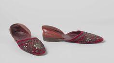 Anonymous | Pantoffel van rood leer en rood fluweel met zilverdraad geborduurd, Anonymous, c. 1820 - c. 1850 | Pantoffel van rood leer en rood fluweel met zilverdraad geborduurd.  Geen verschil tussen links en rechts. Model: ronde  neus, een los voorblad en een los achterblad. KLeine rechte hak van leer en leren zool. Geheel gevoerd met rood leer. Versiering: het rode velours is geheel geborduurd met zilverdraad en met paletten. In een patroon van bloemen en takken.