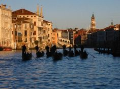 Passer une soirée à Venise - Carnets d'une flaneuse parisienne Anton, Canaletto, Venetian Mirrors, Crystal Lamps, Wall Papers, Notebooks, Venice, Italy, Painters