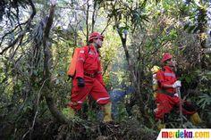 Tim SAR Advance saat mencari jalur menuju lokasi jatuhnya pesawat Sukhoi Superjet 100 di Gunung Salak, Bogor, Jumat (11/5).