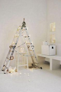 ¿Buscas un árbol de Navidad original ? Estos te van a encantar, con una escalera y unos cuantos adornos, puedes conseguir un árbol tan ...