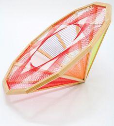 Nike Savvas es una artista que en algunas de sus obras ha empleado la lana como material. No es arte tejido como el que habitualmente os mostramos en La Maison Bisoux, pero la belleza e interés de …