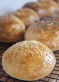 Qué buenas están las hamburguesas caseras. Y aún más si como nuestra amiga del blog Lemon and Tangerine, haces el pan también en casa. Apunta la receta. Pan Dulce, Bien Tasty, Venezuelan Food, Pan Bread, Bread And Pastries, Muffins, Burger, Easy Cooking, Bread Recipes