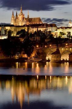 Castelo de Praga na noite.  Férias da Europa.