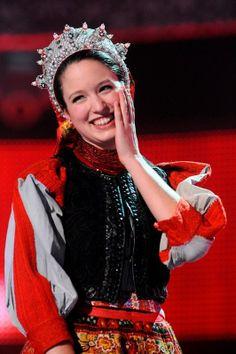 Kacsó Hanga magyar népdalénekes - Hungarian folk singer Ukraine, Folk Costume, Costumes, Budapest, Stitch Head, Chain Stitch Embroidery, Braided Line, Hungarian Embroidery, Beauty Around The World