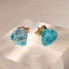 ブルーアパタイトの原石ピアスです!明るいネオンブルーアパタイトの原石は、透明感が高く、美しい海を切り取ったかのようです。耳に付けているだけで、ぱっとはなやかに...|ハンドメイド、手作り、手仕事品の通販・販売・購入ならCreema。