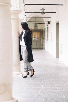 Ich liebe klassische Outfits und ich mag es, wenn das Outfit – bzw. ein Teil davon – besonders ist. Volants da, ein Farbtupfer dort, vielleicht ein etwas ausgefallener Schnitt, eine Schleife, besondere Schuhe… Es gibt so viele Möglichkeiten, einen kleinen Hingucker im Outfit einzubauen, der auf jeden Fall auch alltagstauglich ist.  Tipps zu Frauen, Selbständigkeit, Karriere, Zeitmanagement, Büromode, Büroaltag, Produktivität, Work-Life-Balance, Motivation und Organisation findest du am Blog. Life Balance, Trends, Office, Business Outfits, Zero Waste, Lifestyle, Blog, How To Wear, Jackets