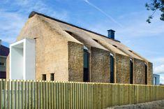 Entre traditions et modernité, cette maison habillée de chaume se situe à Zoetermeer aux Pays Bas.