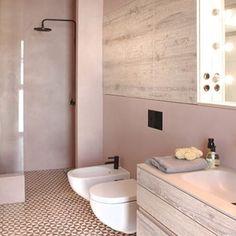Patroontegels, roze muren en zwarte kranen. Nice!  http://www.inrichting-huis.com/de-mooiste-roze-badkamer/  #badkamer #bathroom #badezimmer #badrum #bad #interior #interieur #interior123 #interior4all #bolig #boligpluss #boligindretning #tiles #scandinaviandesign #scandinavian #nordicliving #nordicinspiration