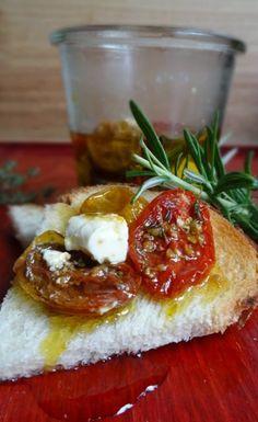 Zelf tomaatjes drogen is zo gemakkelijk! Daar kwam ik dus ook achter. En stopte ze samen met rozemarijn, tijm, feta en geurige olijfolie in een pot.
