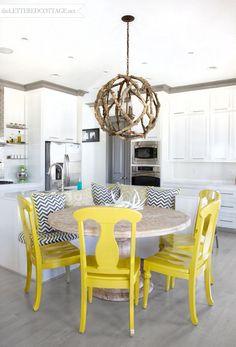 Banquette colorée pour salle à manger tout en blanc