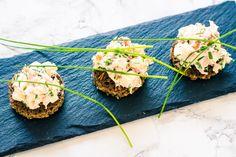 Denne lækre laksesalat vender jeg ofte tilbage til, når det skal gå lidt stærkt med maden. Jeg spiser den ofte på ristet rugbrød, for det giver lidt ekstra sprødhed og hvem kan ikke lide noget der knaser. Hvis man istedet anretter laksesalaten i et par sprøde mini romaine salatblade og så har man pludselig en lækker … Continue reading Sprød laksesalat – 63 kcal