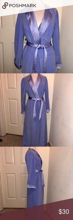 VINTAGE💙VANITY FAIR💙Periwinkle Blue Robe VINTAGE💙VANITY FAIR💙Periwinkle Blue Robe . Size- Medium . 100% Polyester. Adjustable Belt tie at waist. Inner tie also. Side pockets. Great Preloved condition Vanity Fair Intimates & Sleepwear Robes