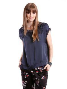 Blusa de cetim com modelagem ampla, aplica