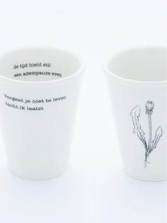 De tweede beker van ons servies met een fragment uit het prachtige gedicht 'Vergeet je niet te leven' van Kees Hermis.  Een regel waarmee je heerlijk rustig de tijd neemt voor een ontbijt - een poëtisch begin van de dag. Ook fijn op allerlei andere momenten ;-) Op de achterkant staat een stekje van een paardebloem - het vervolg op het paardenbloempluisje van de eerste beker.  http://www.plint.nl/plint/aan-tafel/poetisch-tafelen/beker-poeten-aan-tafel--vergeet-je-niet/