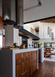 La transición de la cocina, al comedor, a la estancia y al salón es sin dificultad pues el uso de madera, metal y colores claros integra a los espacios en un gran área. | Galería de fotos 3 de 11 | AD MX