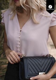 Pretty pink blouse with chic black handbag. Pretty pink blouse with chic black handbag. Top Chic, Summer Outfits, Cute Outfits, Summer Dresses, Work Attire, Blouse Designs, What To Wear, Ideias Fashion, Skinny