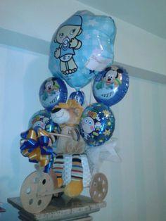 ¿Un león en una moto? Mira este gracioso diseño de arreglo con peluche, 5 globos y un buquet de ropita para tu bebito #caracas #venezuela #bebe #babyshower #nacimiento Baby Shower, Hanukkah, Snow Globes, Sony, Balloons, Decorations, Wreaths, Home Decor, Birth