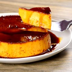 Learn how to make flan so you can enjoy this dessert on any occasion. We have the classic impossible flan with chocolate, Neapolitan flan and many more. Mexican Food Recipes, Sweet Recipes, Cake Recipes, Gelatin Recipes, Jello Recipes, Delicious Desserts, Yummy Food, Impressive Desserts, Food Cakes