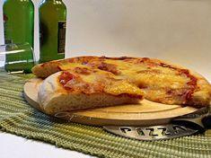 Pizza con pasta madre o lievito naturale, ricetta base. http://blog.giallozafferano.it/oya/pizza-con-pasta-madre-ricetta-base/