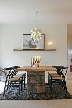 Massivt matbord kombination med färgglad matta och nättare stolar Bungalows, Dining Table, Kitchen Ideas, Tables, Inspiration, Furniture, Home Decor, Mesas, Biblical Inspiration