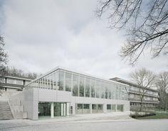 Новое современное здание школы включает в себя центр студенческой активности, современную библиотеку, многофункциональные комнаты и кафе.