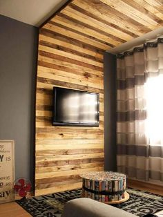 Unique and Brilliant Ways to Recycle Old Wood Pallets: Using the old wooden pallets will show out the rustic and rugged taste that somehow makes it look purposely unique and artistically. Pallet Walls, Pallet Furniture, Furniture Ideas, Diy Pallet Projects, Home Projects, Pallet Ideas, Palette Tv, Diy Casa, Wooden Pallets