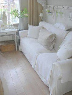 Vir daardie hand-me-down banke. White Furniture, Shabby Chic Furniture, Living Room Decor, Living Spaces, Shabby Chic Zimmer, Long Sofa, White Rooms, White Houses, Shabby Chic Style