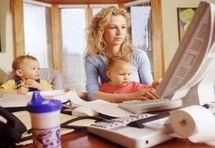 Mulher com familia ganhando dinheiro em casa